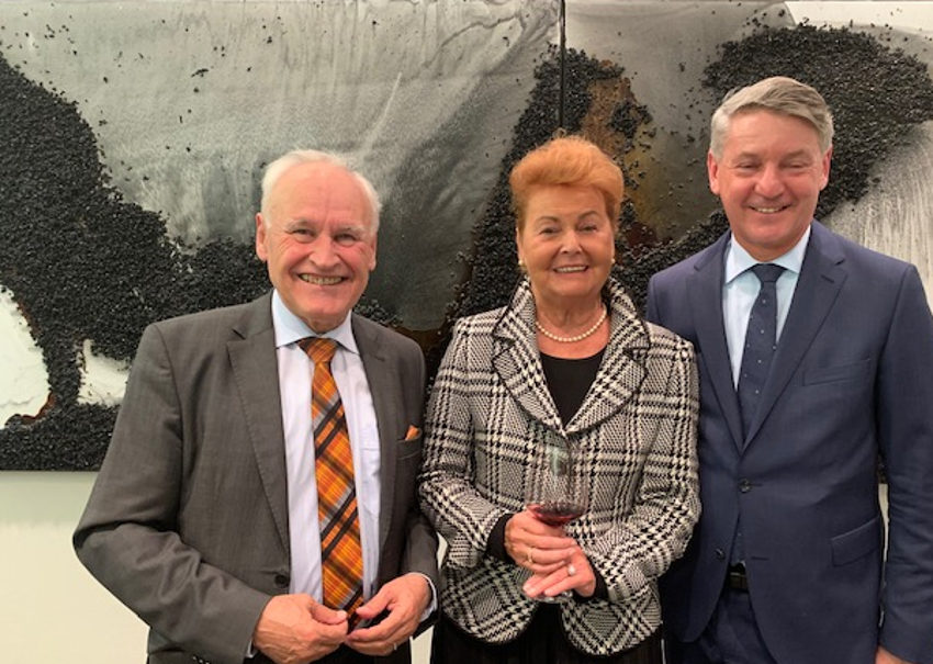 Ex-Wiesnchefin Dr. Gabriele Weishäupl mit dem ehemaligen CSU-Vorsitzenden Erwin Huber (hatte schon zwei Ausstellungen von Valeska eröffnet) und Gastgeber Thomas Schmid, Hauptgeschäftsfühtrer des Bayerischen Bauindustrieverbandes