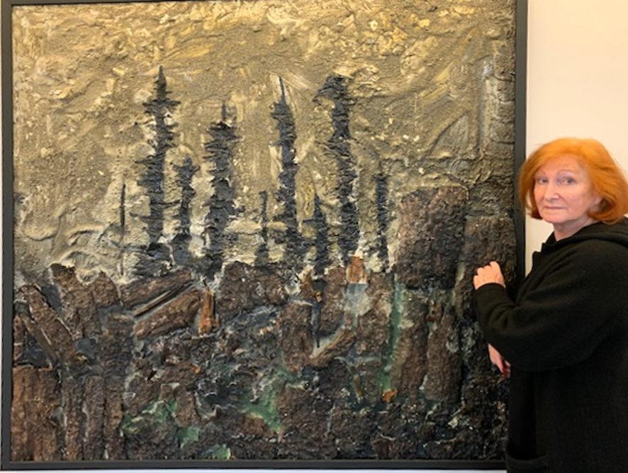 Malerin Valeska zeigt das Bild Waldsterben, öl, Gips und Holzrinde auf Leinwand, 1,60 x 160 Meter